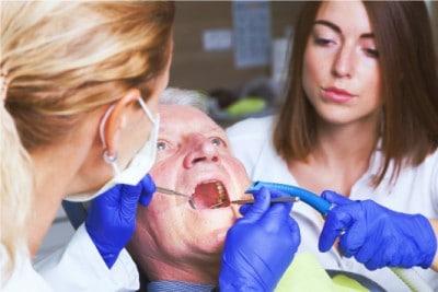 prothèse dentiste homme âgé